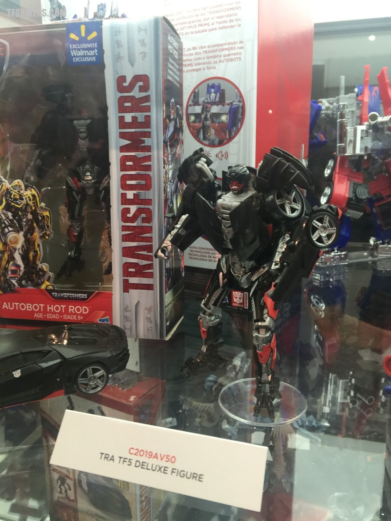 sdcc 2017 transformers the last knight hasbro booth product display and diorama gallery/32102