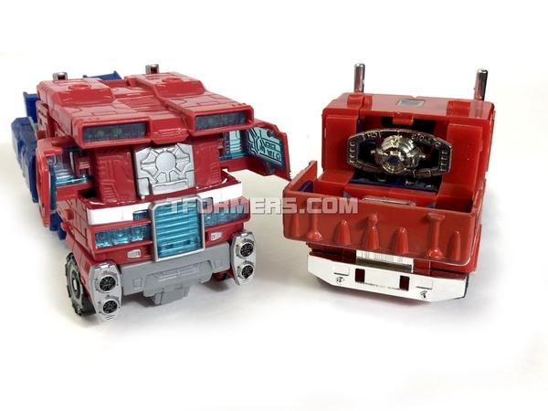 SIEGE Optimus Prime Voyagers Class
